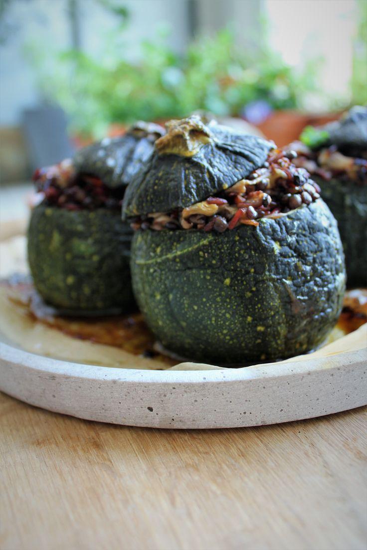 Veganske fyldte squash med røde ris & semidried tomater | Hoffgaards