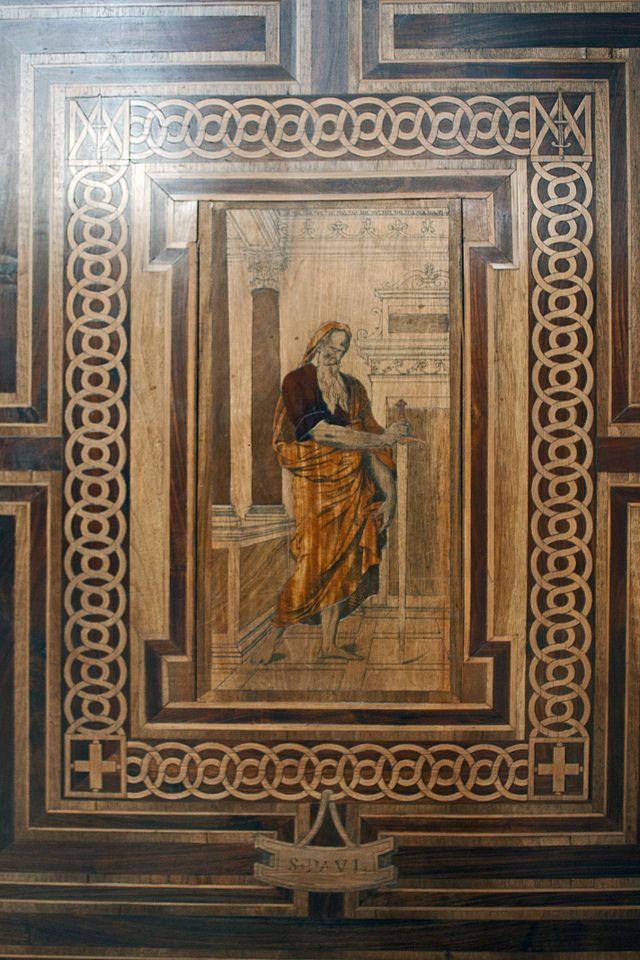 Chapelle du château de Chantilly-Saint Paul- ECOUEN, CHAPELLE, LES 12 APOTRES, 3 Les encadrements géométriques, la mise en valeur des nodosités du bois, le traitement des architectures sont le signe d'une marqueterie typiquement française et remettent en cause la tradition historiographique de l'exclusivité de la marqueterie italienne. On ignore cependant quels dessins ont pu l'inspirer: l'attribution à Rosso est aujourd'hui écartée; le nom de GEOFFROY DUMOUSTIER pourrait être avancé.