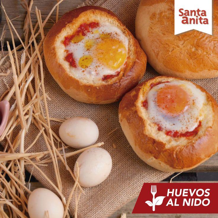 Para realizar esta receta necesitarás 2 Huevos Santa Anita, 1 panecillo, 25 gramos de queso parmesano, 1 tomate pequeño y orégano. Lava y parte el tomate, agrégale sal y un poco de orégano. Retira con un cuchillo la parte superior del panecillo, saca la miga y rellena con el tomate, el orégano y el queso. Rompe los Huevos Santa Anita dentro del panecillo, echa un poco de sal y mete el pan al horno hasta que el huevo esté listo.  ¡Fácil y delicioso!  Más recetas en www.huevossantaanita.com