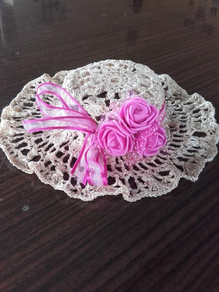háčkovaný dekorační klobouček