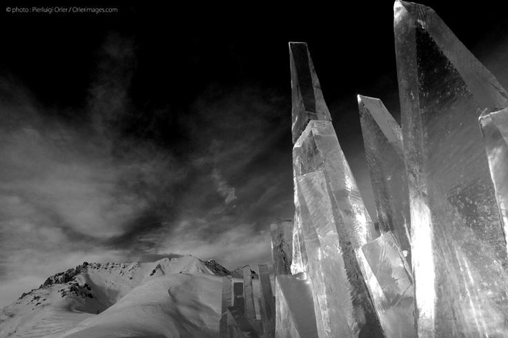 Ice Skyline b/n foto di Pierluigi Orler - installazione artistica di Marco Nones PespirArt Pampeago - ART INSTALLATION for RESPIRART OPEN GALLERY  PAMPEAGO