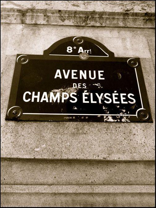L'AVENUE DES CHAMPS ELYSEES L'avenue parisienne, longtemps restée l'adresse incontournable des marques de luxe, fait partie des emplacements les plus chers du monde