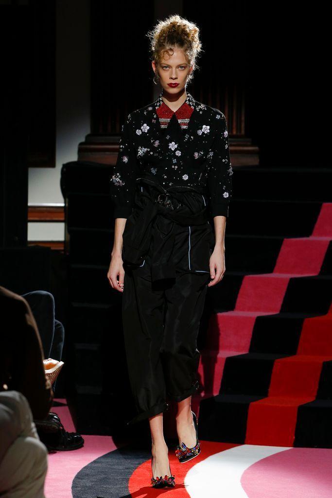 Miu Miu Cruise 2018, París  Una colección llena de abrigos y ropa deportiva y todos los colores. Prendas clave - monos holgados en diferentes versiones, largos y cortos, a cuadros y florales y uniformes de estilo mecánico. Esta es la propuesta de la marca italiana para una mujer joven y moderna. #coleccion #desfile #semanadelamoda #paris #blog #fashion #fashionblog #collection #luxury #style #designer #design #details #fashionweek #crucero2018 #cruise2018 #verano #summer #miumiu