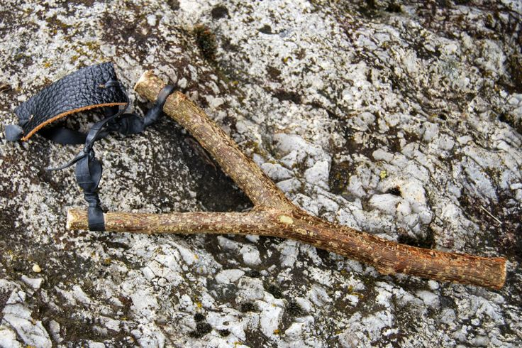 Steinschleuder aus Fahrradschlauch / Slingshot made from bicycle tube / Upcycling