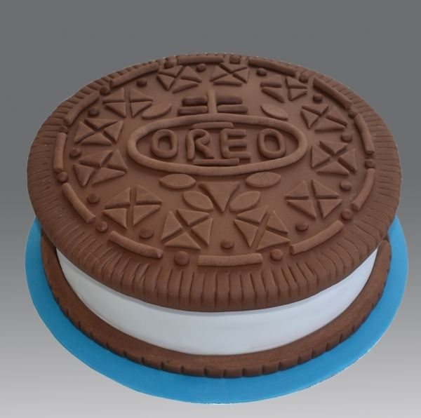 Cake Decorating Ideas With Oreos : Oreo cake, shaped like an Oreo. Cuuuuuute. Cakes ...
