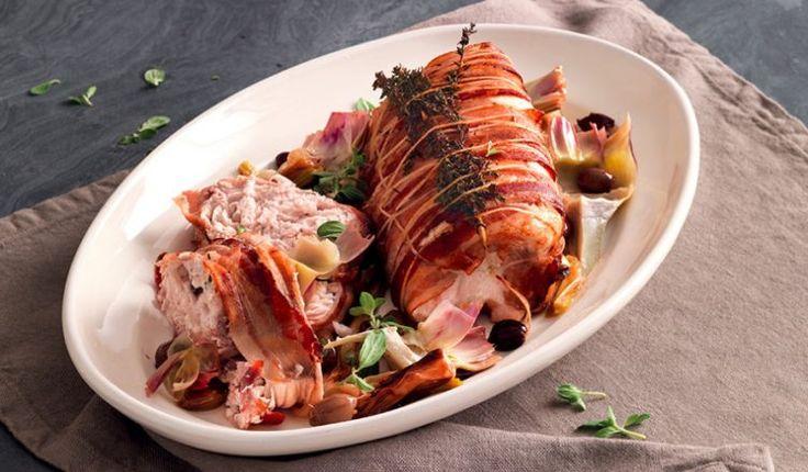 trancio di pesce spada 1.5 Kg bacon a fettine 200 gr cipollotti 12 - carciofi grandi 5 - vino bianco secco - olive taggiasche snocciolate sott'olio - scalogno - aglio - timo - maggiorana - limone - olio extravergine di oliva - sale - Per la ricetta dei rotoli di pesce spada con cipollotti,