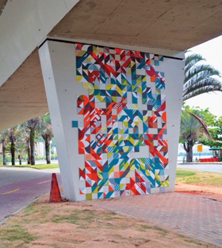O Coletivo MUDA foi criado em 2010 pelos artistas Bruna Vieira, Diego Uribbe, Duke Capellão, João Tolentino e Rodrigo Kalache, com o intuito de mudar a cidade. A partir da apropriação do espaço público, as intervenções do coletivo dialogam com a paisagem urbana, dando um novo olhar e significado a ela.