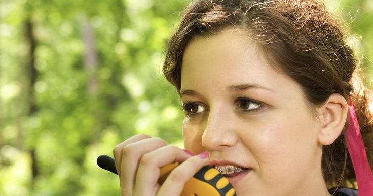 Cómo utilizar un Motorola Talkabout T5500. El radio de dos vías Motorola Talkabout T5500 te permite comunicarse con otros usuarios de radio en un área limitada. Son utilizados frecuentemente para los negocios de manera que los empleados podrán mantenerse en contacto mientras están en el trabajo. Utilizar radios de dos vías es frecuentemente más sencillo que utilizar teléfonos celulares ...
