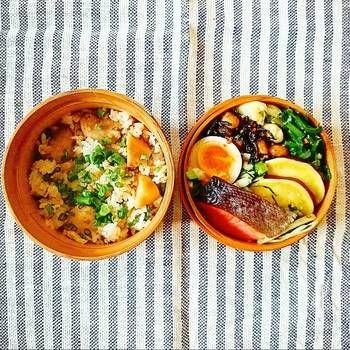 里芋と鶏そぼろの混ぜご飯弁当  焼鮭、薩摩芋の甘煮、ひじきと大豆の生姜煮、わけぎのぬた、大根の皮と葉っぱの金平、煮卵。