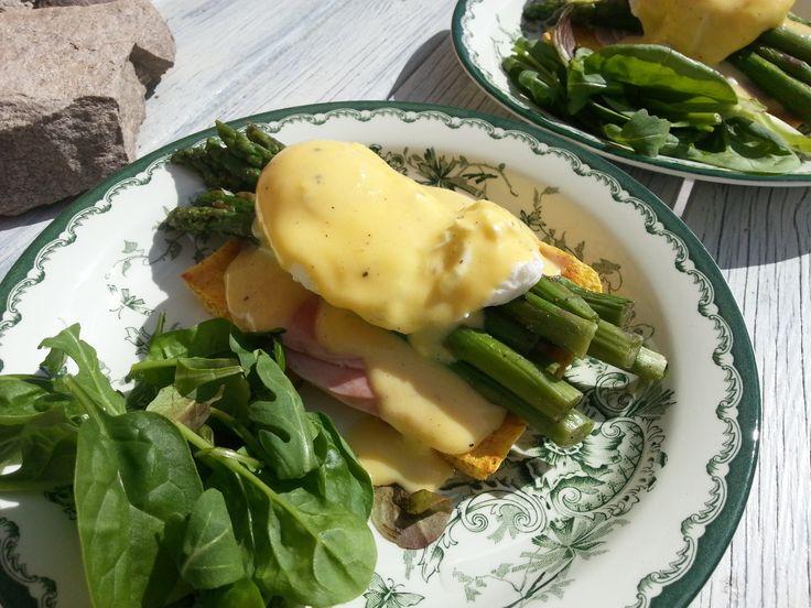 Eggs benedict med sprarris och hollandaise. Dukanvänligt recept.