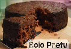 Deze bewerkelijke taart is de ster van elke grote gebeurtenis op de Antillen. Communies, bruiloften, jubilea…. als het een échte mijlpaal is, mag er Bolo Pretu aan de gasten worden gegeven. L…