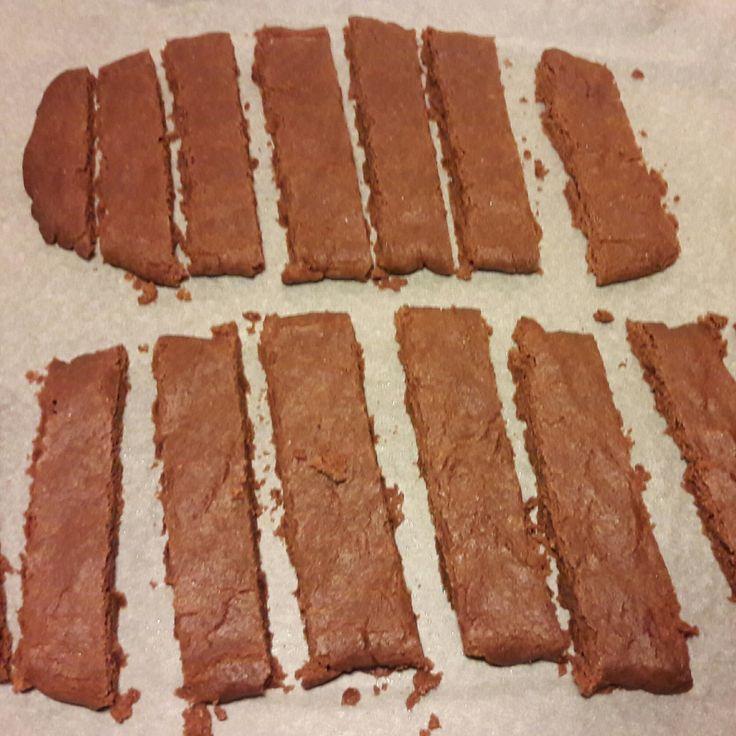 Sjokoladesnitter er kjeks som likner på colakaker, men har sjokoladesmak i stedet. De blir seige eller sprø avhengig av hvor lenge de stekes. Gode er de uansett. Dette trenger du: 100g blå soft 1 d…