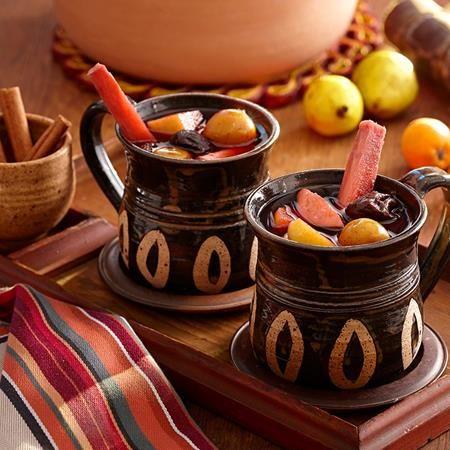 Este ponche mexicano caliente y especiado se sirve tradicionalmente en Navidad y en Fin de Ano. Se hace cocinando a fuego lento frutas mexicanas, cana...
