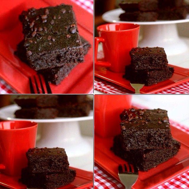 Brownie Vegano de banana e café #semgluten #semlactose e #semovo pro Lanche da tarde!  Fica super molhadinho, façam e se deliciem! • 3 bananas • 2/3 xíc de café • 1/4 xíc de óleo de coco ou o óleo/azeite que você utilizar • 1/2 xíc de cacau em pó • 1 e 1/4 xíc de açúcar demerara ou mascavo • 1 xíc de farinha de arroz • 1/3 xíc de maisena • 1 colher de chá de fermento químico • uma pitada de sal _________________________________  Preparo: • Misture os ingredientes secos em uma tigela • Bata…
