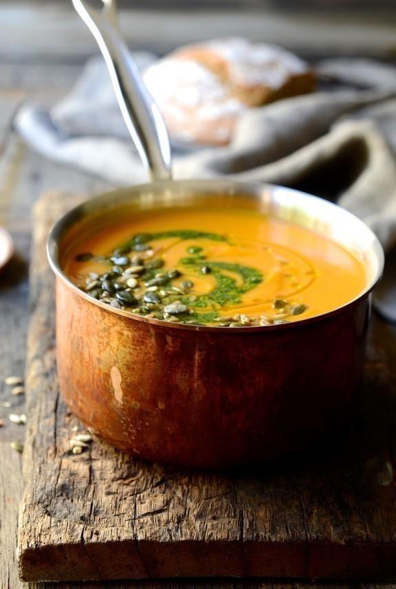 Niet zomaar een groentesoep met pesto,Dit is letterlijk de lekkerste en gemakkelijkste soep die ik ooit heb gemaakt.Het is een knaller in alles, mix, zeef en serveer.Zo simpel is het.Deze Italiaanse Genovese pesto en geroosterde pijnboompitten maken deze soep tot een absoluut genot.. Ingrediênten: 2 eetlepels olij