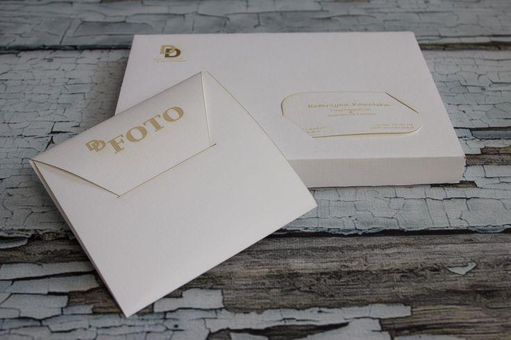 Dex Druk Cracow www.dex-druk.pl NOWOŚĆ! Pakiet: 10 pudełek na zdjęcia, 10 opakowań na CD oraz 10 wizytówek z wygrawerowanym LOGO oraz Twoimi danymi w atrakcyjnej cenie. www.dex-druk.pl info@dex-druk.pl