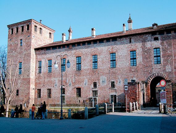 Castello Mediceo a Melegnano. Il castello risale forse al X secolo ma vive il momento migliore nel '500. All'interno si possono ammirare affreschi rinascimentali.