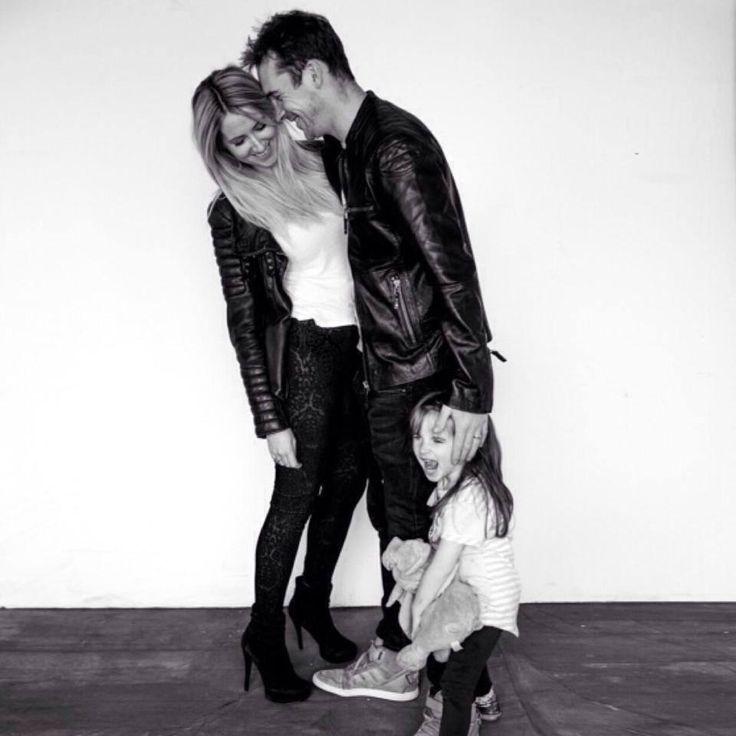 Barry Sloane com sua esposa e sua filha Gracie.
