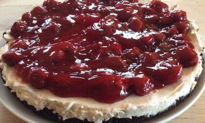 Aardbeien mascarpone taart met een bodem van Oreo koekjes. Als dit niet lekker is........!!