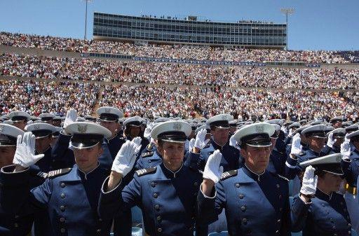 米コロラド(Colorado)州コロラドスプリングス(Colorado Springs)で行われた卒業式で宣誓する米空軍士官学校の卒業生ら(2009年5月27日撮影、資料写真)。(c)AFP=時事/AFPBB News