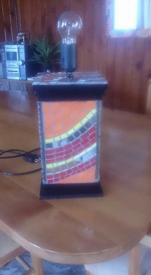 Lámpara con mosaico en sus cuatro caras, mosaico combinación de teselas de cerámica y vidrio.Base de madera.
