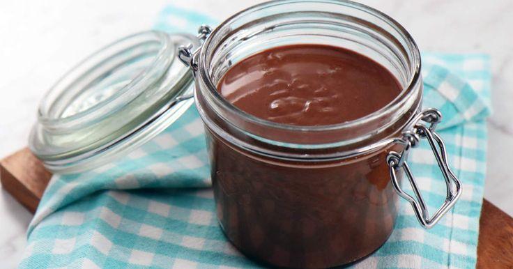 Tea Malmegårds recept på hemgjord hasselnötskräm med mjölkchoklad och vanilj. Underbar på rostat bröd, till fattiga riddare eller att använda i bakverk.Hasselnötskrämen håller en vecka i rumstemperatur eller 1 månad i kyl. Ett tips är att inte använda inte samma kniv/sked i burken flera gånger, det förkortar hållbarheten.