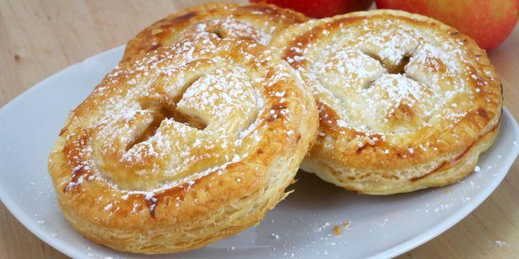 Mini Apfel Kuchen... Oder vielleicht doch eher Cookies ;)Zutaten:4 Äpfel, 1 TL Zimt, 3 EL brauner Zucker, 1 TL Stärke, 1 TL Vanille, 2 Pkg Blätterteig, ButterRezept: Für diesen einfachen Snack, werden mal die Äpfel geschält......und in kleine Würfel geschnitten.Diese gebt ihr in eine kleine Schüssel...