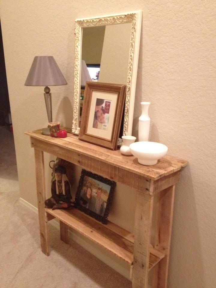 Rustic foyer table made from pallets! My mom is awesome. Perfect Christmas gift :)