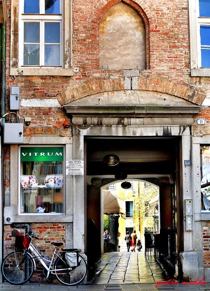 la bici per la spesa...cuore di #Udine Sembra la mia, con le borse dietro sempre cariche!!! https://www.facebook.com/photo.php?fbid=10203282006122249&set=gm.1568324616752320&type=1&theater …
