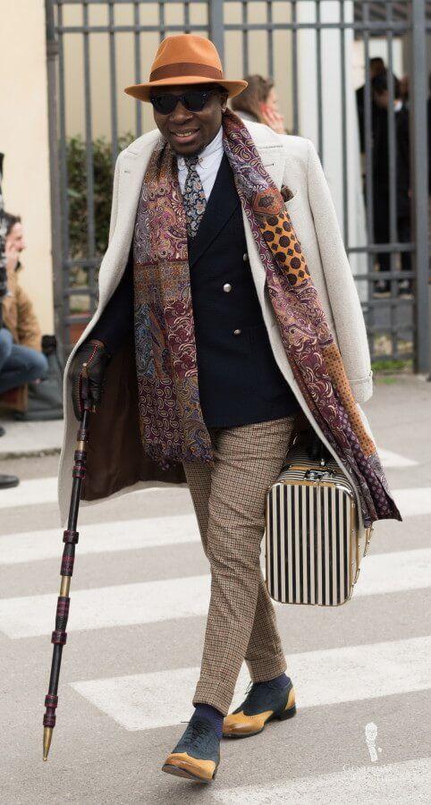 Cesur renkler, desenler, patchwork eşarp ve baston ile gösterişli kıyafet