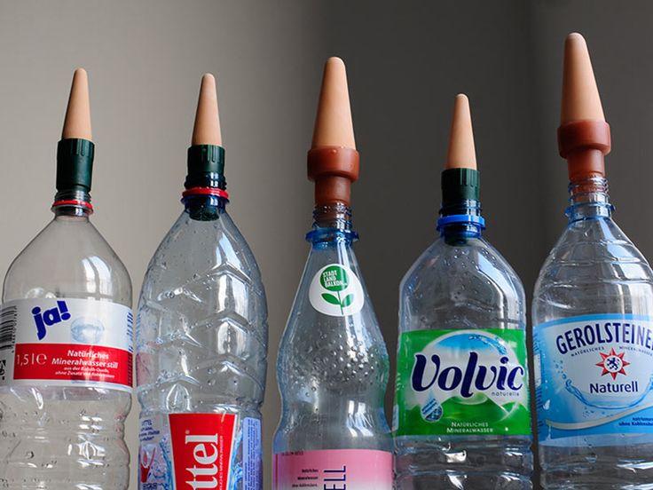 Blumat Universaladapter - Flaschentest. Auf diese PET-Flaschen passen die Adapter zur Bewässerung von Pflanzen. Auf die Flasche stecken, dann in die Erde einbringen und der Tonkegel gibt nach und nach Wasser ab. Erhältlich bei www.stadtlandbalkon.de