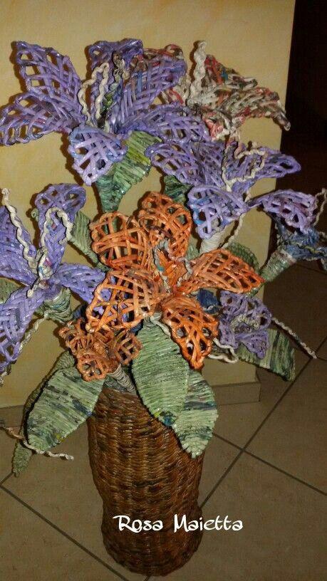 Vaso e fiori intrecciati con cannucce di giornale. Rosa  Maietta