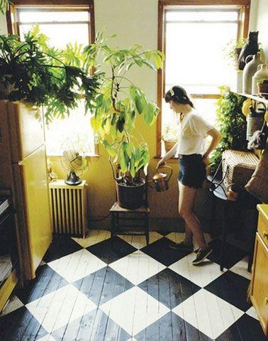 Parquet dans cuisine et entrée rénové avec peinture pour parquet blanc et noir. Motif grand damier en quinconce
