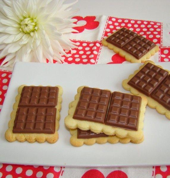 """Ce n'est pas encore la rentrée mais ce n'est pas une raison pour ne pas succomber à ces petits biscuits """"Petits écoliers""""!! Il y a des recettes comme celle la que l'on a envie de tester, tout de suite, maintenant, sans attendre une seconde! Ce fut le..."""