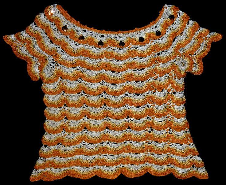 Blusa tejida a crochet en hilos de colores ostra, beige y amarillo mostaza, decorada con lentejuelas de color naranja, talla M