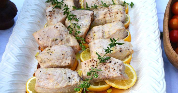 Svärdfisk är ingenting man äter varje dag, men gott är det! Misopasta är en perfekt smaksättare till fisken med sin goda sälta. Till fisken serveras Annika Sörenstams krämiga avokadodipp med jordnötter och en varm kålsallad.