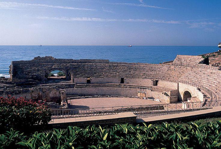 Tarraco es uno de los más extensos conjuntos arqueológicos que se conservan en España y fue declarado patrimonio mundial en el año 2000. En la foto puede verse el anfiteatro, situado junto al mar y del que solo quedan unos vestigios, ya que fue usado como cantera para abastecer de piedra a la zona.