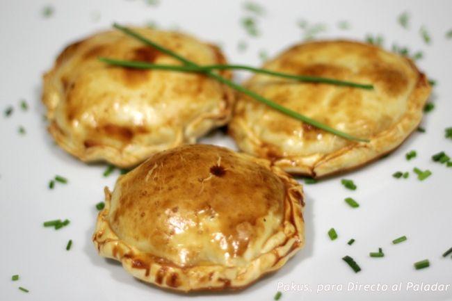 Aperitivo de discos de hojaldre con manzana y queso camembert. Receta con fotos paso a paso del proceso de elaboración y presentación. Tapas y pi...