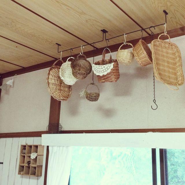 天井に取り付けてカゴをハンギング : 【100均】Seria セリアのアイアン ... 【100均】Seria セリアのアイアンバーが何かと使える!みんなのDIYアイディ…