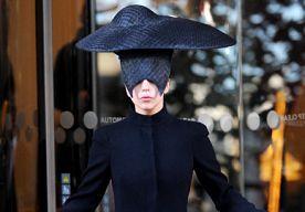 5-Nov-2013 6:49 - HOT OR NOT: LADY GAGA IN ALEXANDER MCQUEEN. Lady Gaga verscheen afgelopen woensdag in een zwarte outfit van Alexander McQueen terwijl ze een hotel in London verliet. De zangeres draagt een jas met aan de onderkant ruffles afkomstig uit de Pre-Fall 2013 collectie van Alexander McQueen. Ze maakte haar look af met over-the-knee laarzen met gespen van het merk en een tas uit de lentecollectie van McQueen. Natuurlijk kon la Gaga het hier niet bij laten. Op haar hoofd draagt...