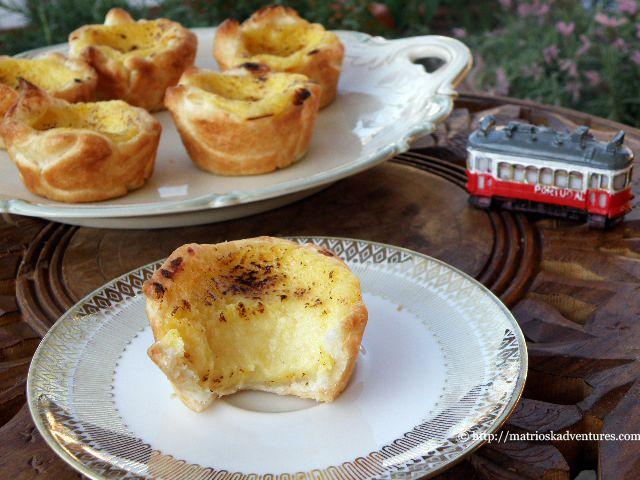Traboccanti di crema, queste tortine avvolte da un guscio friabile di pasta sfoglia sono deliziose, facili e veloci da preparare. Ricetta con foto preparazione pasteis de nata.