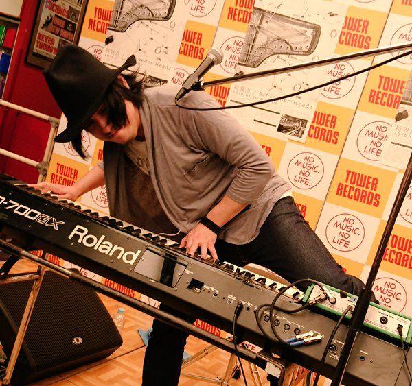 「surface」の演奏をじっくり観察してみると 黒鍵ばかりを使う曲でした。 あっちゃんもピアノは黒鍵の方が曲をつくりやすいって言ってた。  そんなsurfaceは素敵なアルバム『特異点』に収録。 #schroeder-headz