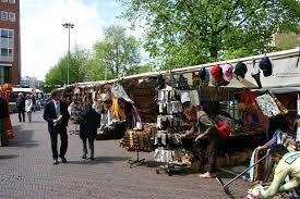Mercado de Waterlooplein - En el Mercado de Waterlooplein podrás encontrar mucha ropa y artículos de segunda mano, incluyendo instrumentos musicales, alguna que otra reliquia, dvd's, artículos para fumadores, y muchos artículos queresultarían difícil de describir.