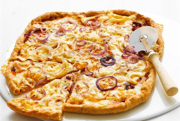 Juustoinen ruispizza on pizza kaikessa yksinkertaisuudessaan: sipulia ja juustoa. Jujua löytyy pizzapohjasta ja reunapaloista: ruis antaa makua ja juustoinen reunus mehevyyttä ja muotoa. http://www.valio.fi/reseptit/juustoinen-ruispizza/ #resepti #ruoka