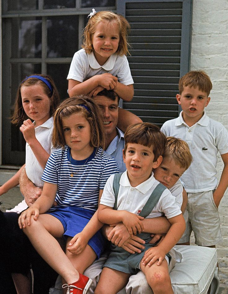 obert F. Kennedy with his children, his niece Caroline (front left), and his nephew John Jr. (front right), 1964.