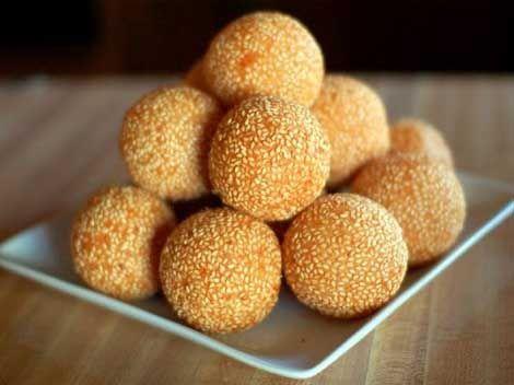 CHINA: Maqiu (Deep-fried glutinous rice balls with sesame)