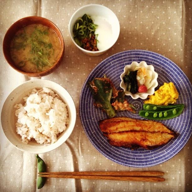 朝ごはんmgmg。アイスプラントは鰹節とマヨと醤油で和えたよ。うっまー♡納豆に入れた温泉玉子、上手くできた!