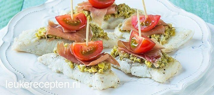 Heerlijke tapashapje van stukjes gebakken kabeljauw met olijventapenade en serranoham