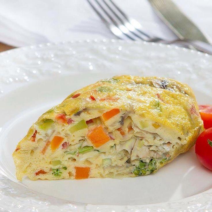 Omelete light sem fritar e com só 72kcal que vale por uma refeição. Feito em 4 minutos de forma fácil. Veja a receita:  Ingredientes 1 ovo inteiro 2 claras 1 colher (sopa) de brócolis cozido picado 1 colher (sopa) de cebola picada 1 colher (sopa) de couve-flor cozida picada 1 colher (sopa) de tomate picado 1 colher (sopa) de cenoura cozida picada 1 colher (sopa) de champignon laminado 1 colher (sopa) de abobrinha cozida picada Sal a gosto  Modo de preparo Coloque todos os ingredientes em um…