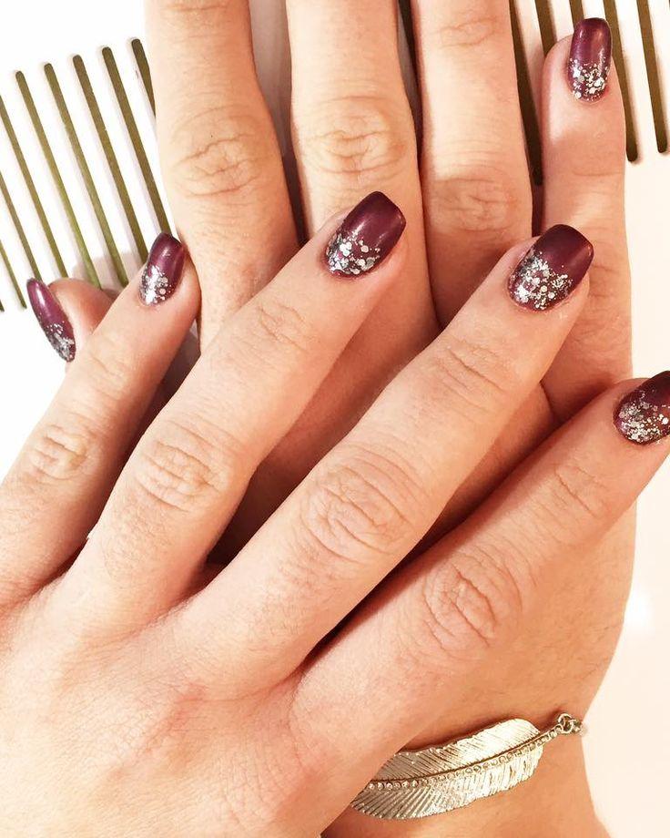 Un nail art plutôt discret mais efficace ! 😊  #nails #nailart #ongles #idéesmanucure #beauté #soins #aix #charleval #laroquedantheron #esthétique #manucure #argent #red #hiver #nailsofwinter #glitters